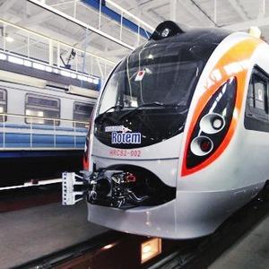 Фоторепортаж: Поезд Hyundai готовится к первому рейсу — Евро-2012 на The Village