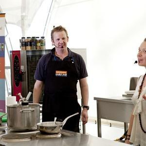 Omnivore Food Festival: Бенжамен Турсель готовит яйца конфи с копчёным чаем и сливами умебоши — Рецепты шефов на The Village