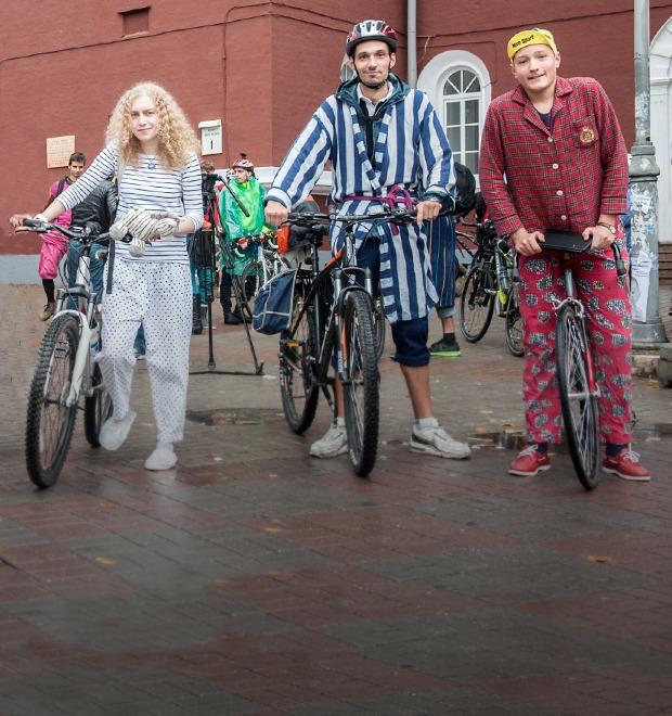 Люди в городе: участники велопарада в пижамах — Галереи на The Village