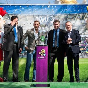 Сегодня и завтра можно сфотографироваться с Кубком Анри Делоне — Евро-2012 на The Village