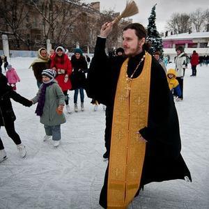 Московские катки теперь освящают — Город на The Village