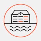 Петербуржцы плывут на лодке по затопленному подвалу жилого дома