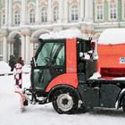 Падал прошлогодний снег: работники ЖКХ на улицах города