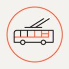 Петербуржцы пытаются растолкать застрявший трамвай