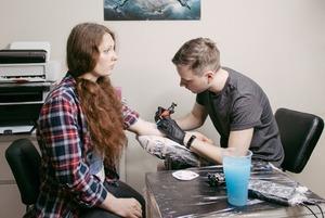 Москва, я люблю тебя: Татуировки с символами города от The Village и студии Faux Pas