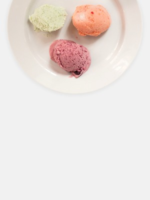5видов мороженого: склубникой, вишней, йогуртом, томатами ипуэром