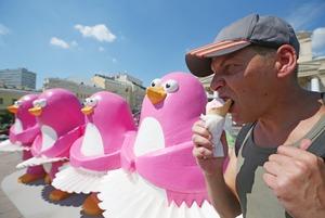 «Московское мороженое»: Двухметровые пингвины и белые медведи в центре города
