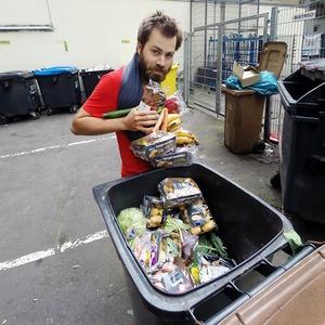 Зачем европейские студенты едят из мусорок