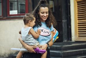 «Самое сложное — уходить от ребенка на работу»: Катя Осовцова — о том, как вести бизнес и быть мамой