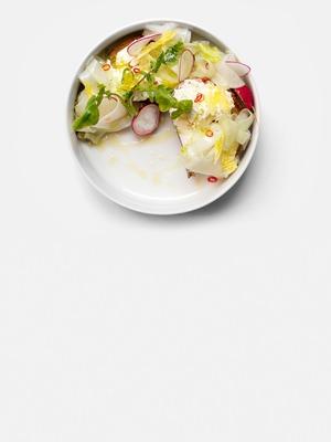 Брускетта с авокадо, сыром шевр и корнеплодами