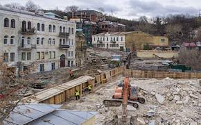 Фоторепортаж: На Андреевском спуске снесли здание XIX века