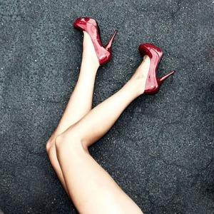 Женские истории: Помогают ли розовый костюм и длинные ноги в бизнесе