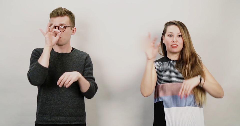 Город. Селфи, аутинг, дэдбод: Неслышащие произносят неологизмы на жестовом языке