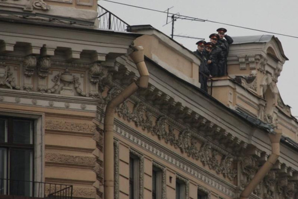 Сообщество руферов Петербурга имитировало полицейский захват. Изображение №1.