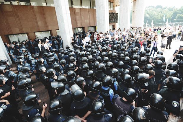 Основные силы милиции сосредоточены со стороны Трёхсвятительской улицы. Изображение № 16.