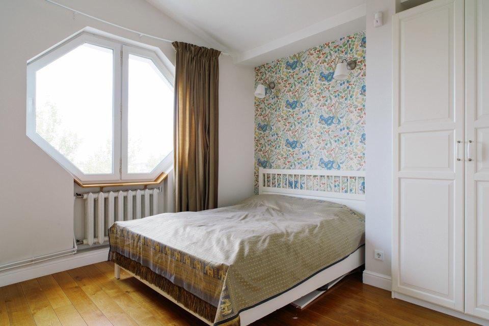 Двухэтажная квартира сжёлтой лестницей исадом набалконе . Изображение № 22.
