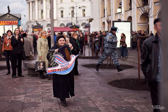 Полицейский спешит на другую сторону Гостиного Двора, чтобы перекрыть направляющуюся к Мариинскому дворцу колонну.. Изображение № 3.