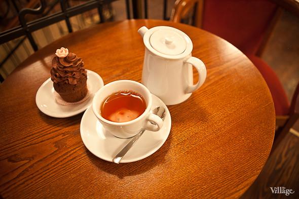 Капкейк шоколадный — 80 рублей. Чай на 2 чашки — 180 рублей.. Изображение № 39.