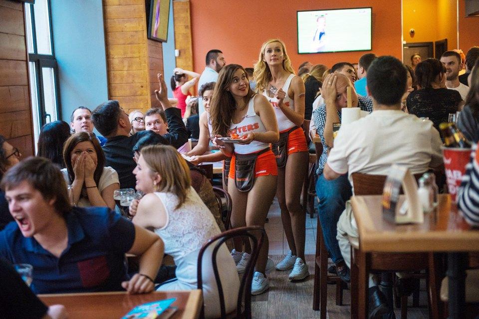 Официантки в трусиках в баре фото 668-895