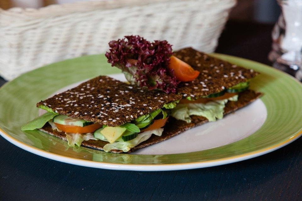 Сыроедческий сендвич с салатными листьями и овощами — 260 рублей . Изображение № 12.