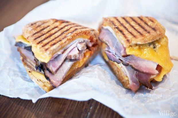 Сэндвич с окороком, плавленым сыром, кинзой и пассатой. Изображение № 23.