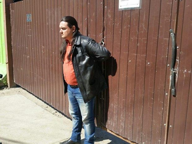 Активист «Красивого Петербурга» приковал себя наручниками кворотам стройки. Изображение № 1.