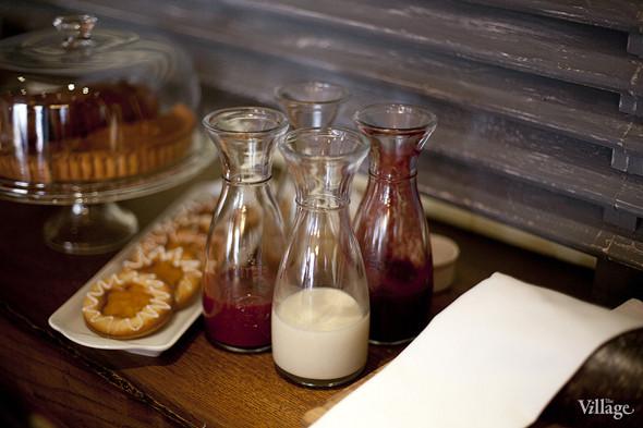 Одна полка во втором зале Kitchen отведена под кулинарию. Здесь лежат хлеб и десерты на продажу. Изображение № 29.