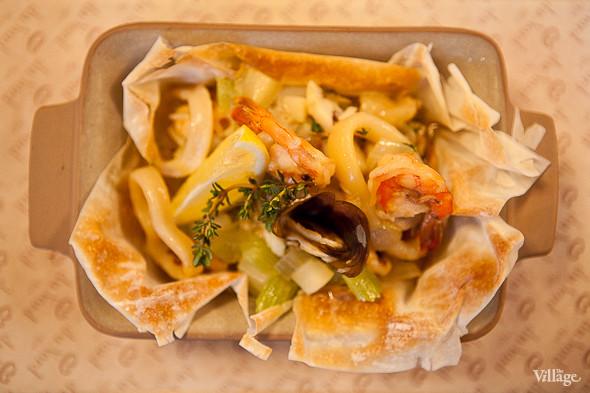 Panier du Fromage — «Панье дю Фромаж» — салат в сырной корзинке с лососем, креветками и икрой — 260 рублей. Изображение № 35.
