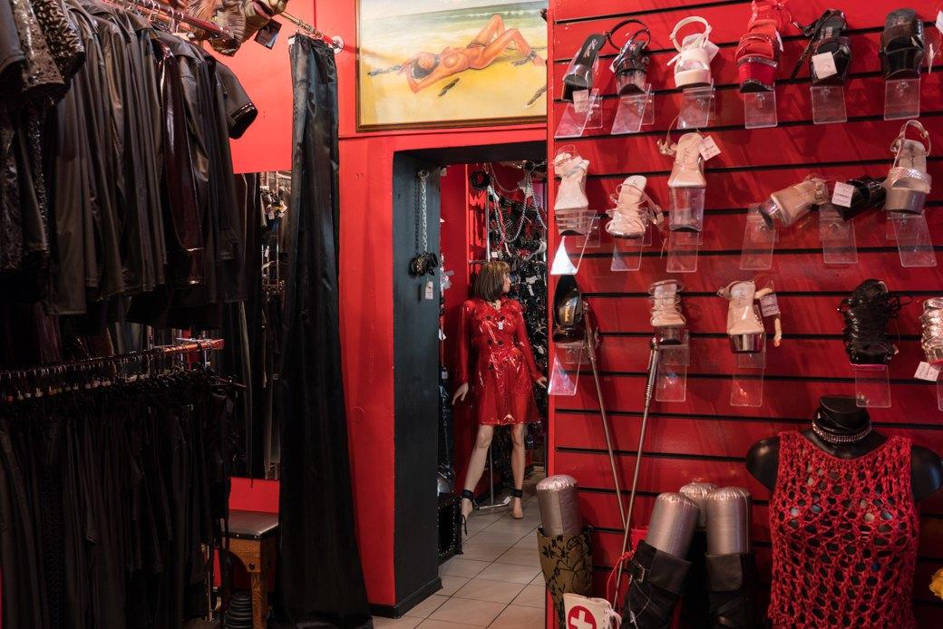 Лучшие секс-шопы Москвы: Куда идти за боа в перьях, стеками иновыми впечатлениями. Изображение № 47.