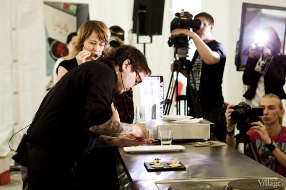 Omnivore Food Festival: Алекс Жилюк готовит картофельные оладьи с чёрной икрой и баллотин из ягнёнка. Изображение № 7.