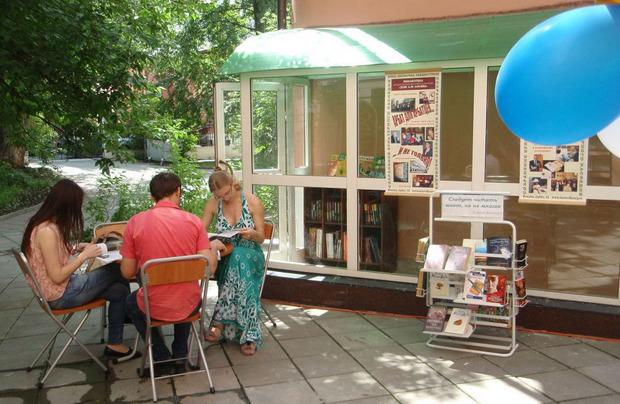 В Лосевской библиотеке открыли читальный зал на свежем воздухе. Изображение № 1.
