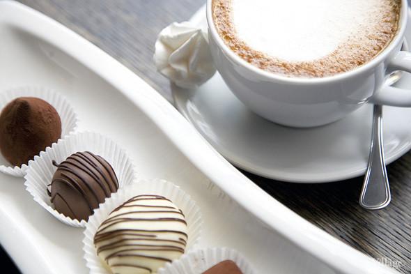 Ассорти из конфет ручной работы: черно-белый трюфель с ванилью, трюфель с ромом, конфета с курагой в белом шоколаде и конфета с марципаном и черносливом — 250 рублей. Изображение № 52.