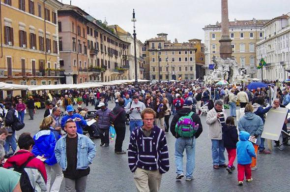 В европейских городах площади освобождают от торговых точек и парковок, расширяя пешеходную зону. . Изображение №28.