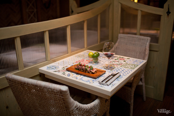 Стейк из свиной лопатки с медовой грушей на листе бамбука с перцем чили и кинзой. Изображение № 23.