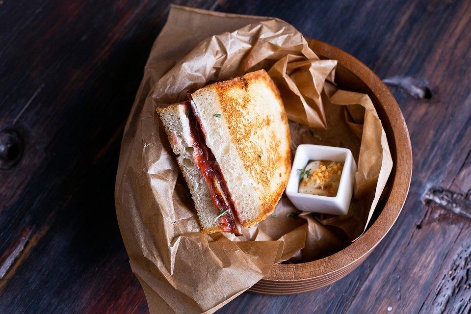 Крафт-сэндвич (хамон, козий сыр, инжирный джем, вяленая утка, ганаш из фуа-гра) 390 рублей. Изображение № 23.