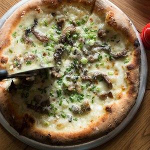 Тестоблюстители: Кто икак делает неаполитанскую пиццу вПетербурге. Изображение № 12.