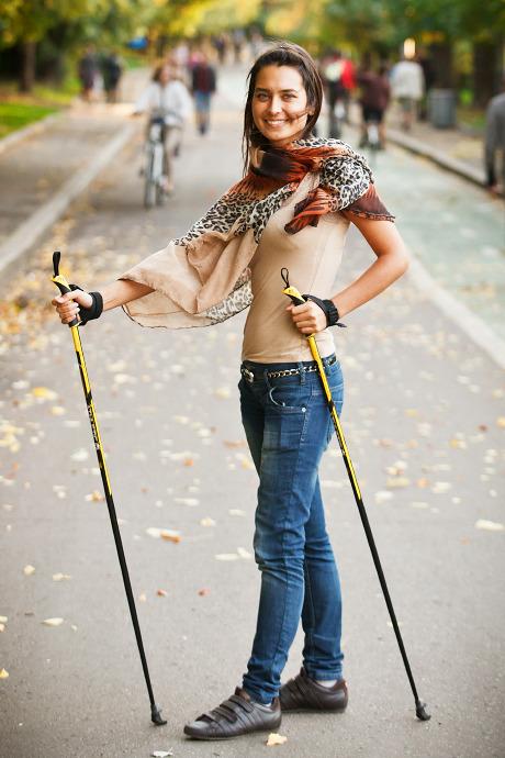 Люди в городе: Кто занимается скандинавской ходьбой. Изображение №16.