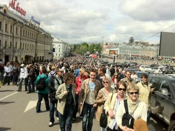 Литераторы и больше десяти тысяч их читателей прогулялись по московским бульварам. Изображение № 4.