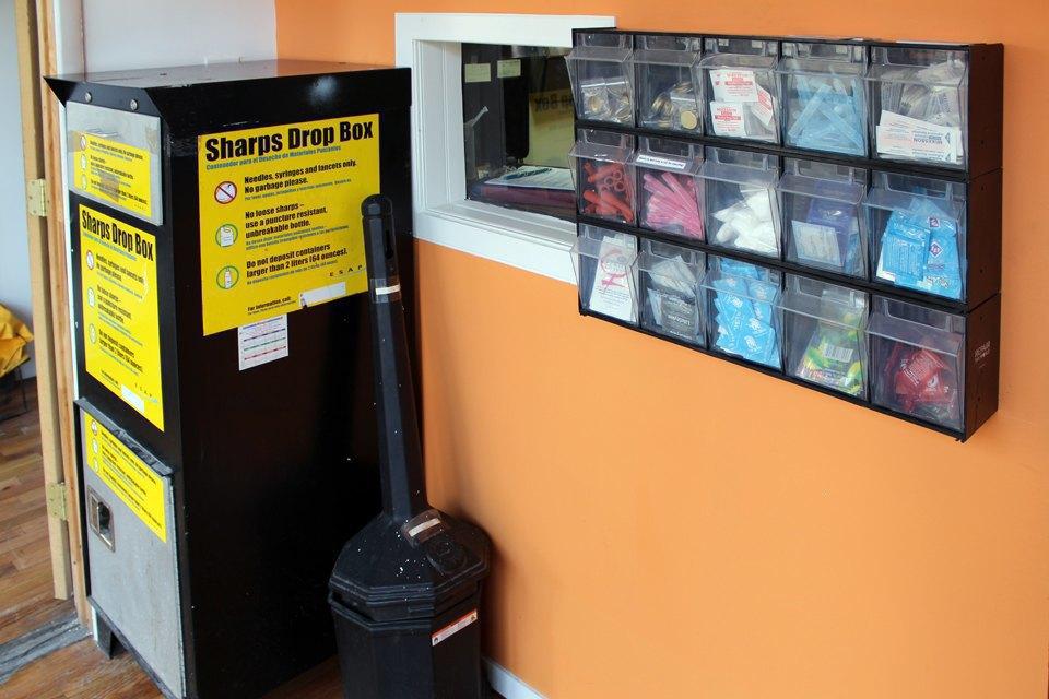 Бесплатные презервативы и шприцы для раздачи наркозависимым. Изображение № 11.