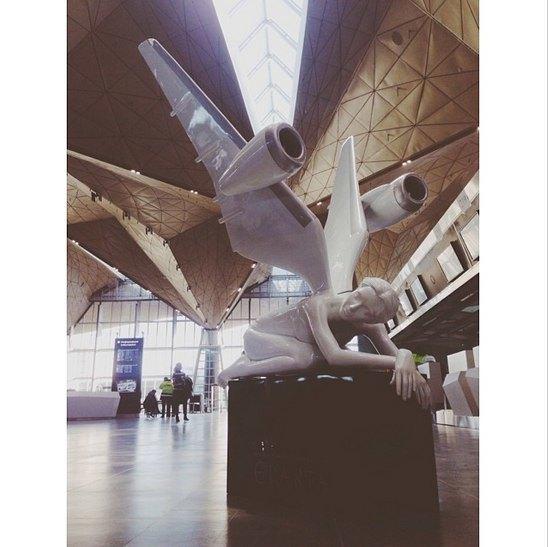 В новом терминале аэропорта установили скульптуры ангелов. Изображение № 1.