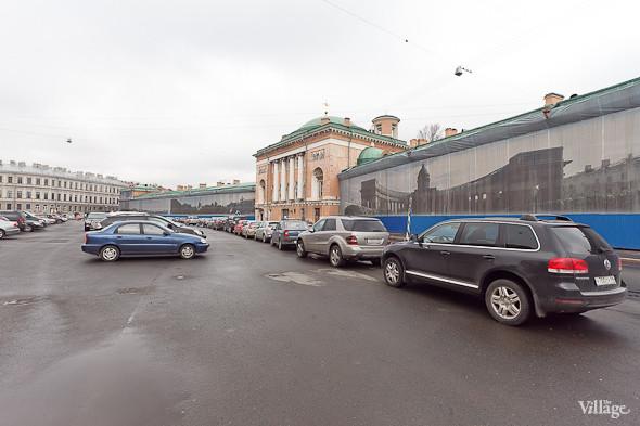 Так сейчас выглядит Конюшенная площадь в Санкт-Петербурге. На ней находится автомобильная стоянка.. Изображение №44.