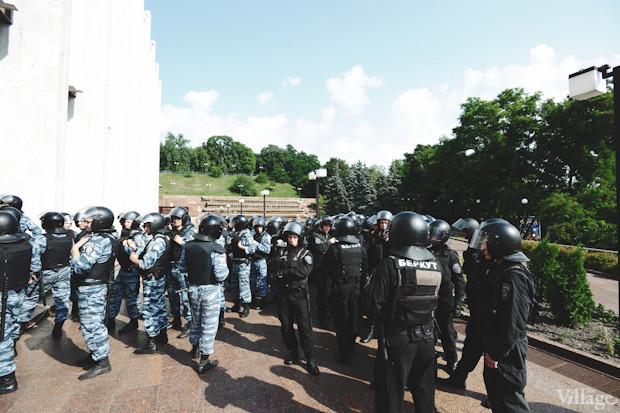 По периметру здания сосредоточены бойцы спецподразделения МВД «Беркут». Изображение № 3.