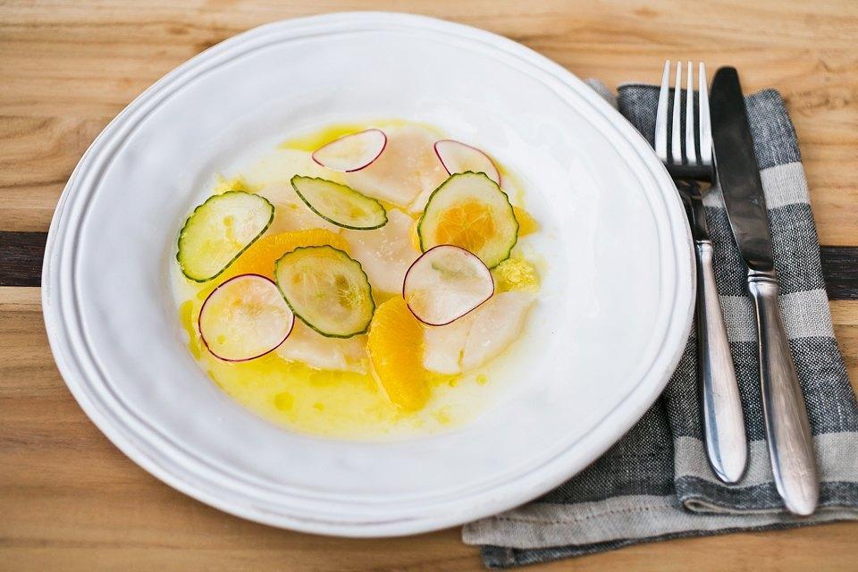 Севиче из гребешков с апельсином, оливковым маслом и редисом 590 рублей. Изображение № 21.