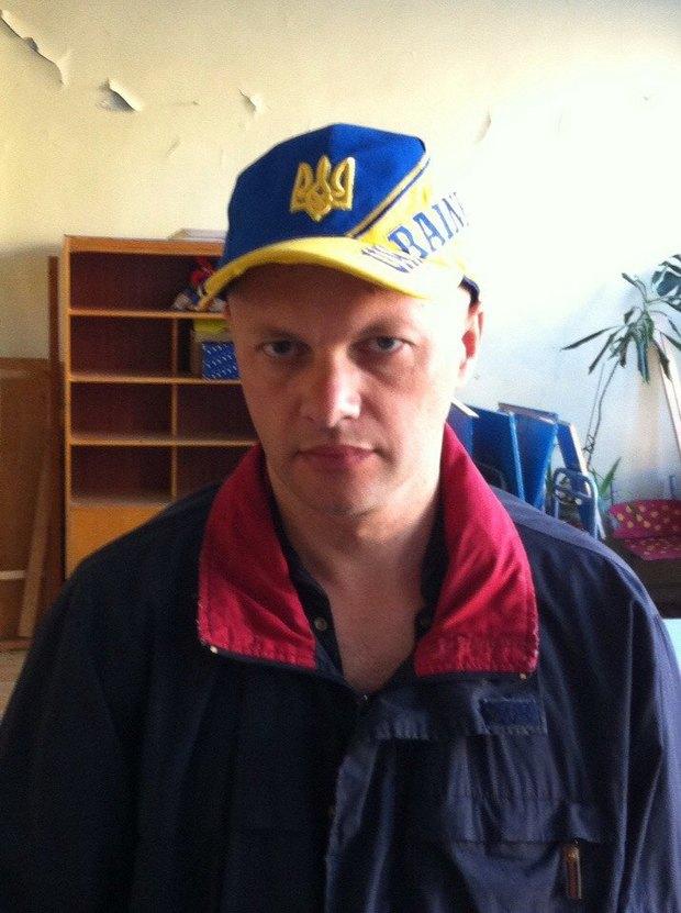 В Петербурге задержали поэта закепку цветов украинского флага. Изображение № 1.