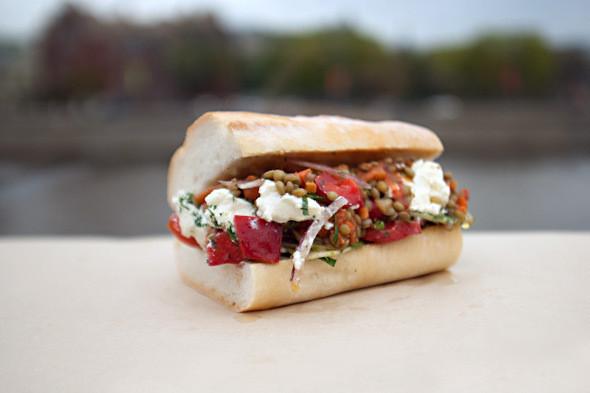 Вегетарианский сэндвич Po'Boy с чечевицей и греческим салатом. Изображение № 3.