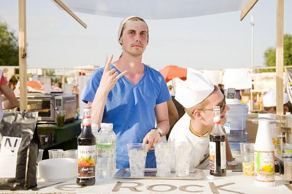 Алкоголь на фестивале был запрещен, кроме воды и лмонадов готовили холодный кофе и шейки из сиропов. Изображение № 29.