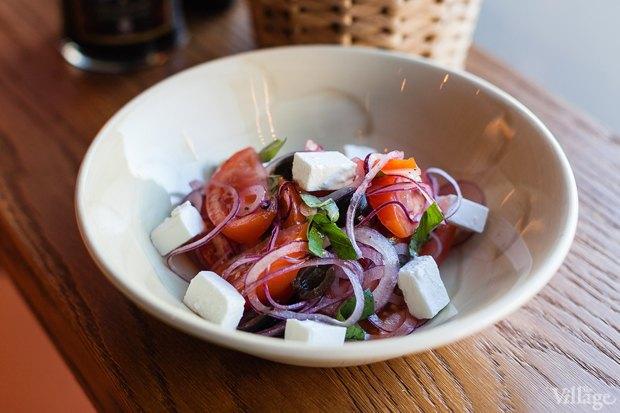 Салат из томатов с сыром фета и красным луком (обеденное предложение). Изображение № 19.