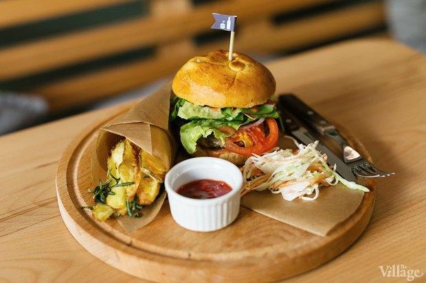 Классический бургер с сыром чеддер и говяжьей котлетой – 250 рублей и картофель с розмарином и томатным соусом – 80 рублей. Изображение № 17.