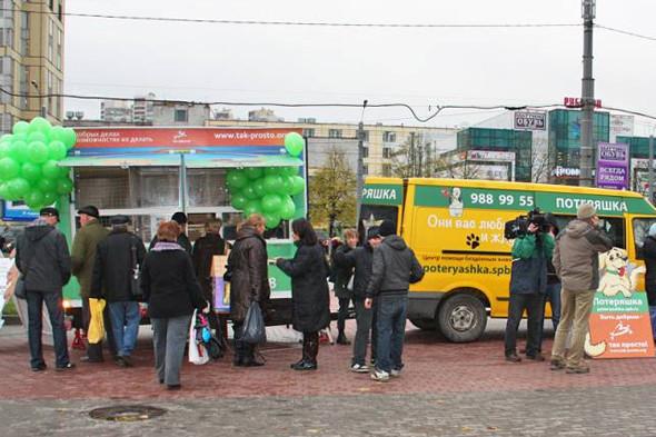 Передвижной фургон для раздачи бездомных животных ездит по Петербургу. Изображение №3.