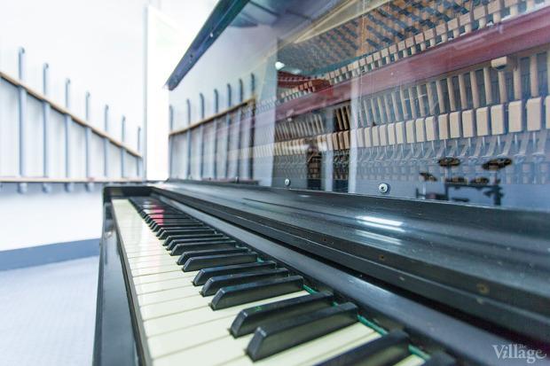 Пианино с прозрачной панелью на площадке акустики. Изображение № 9.